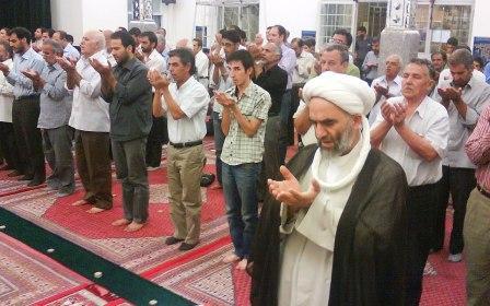 آقای سمیع زاده در حال خواندن نماز مغرب در ماه مبارک رمضان89